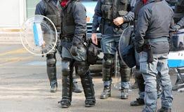Groupe de policiers d'anti-émeute avec des balles et s protecteur Photographie stock libre de droits