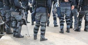 groupe de policiers dans la répression des émeutes avec des bâtons pendant Image libre de droits