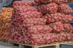 Groupe de pommes de terre dans les sacs Image libre de droits