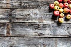 Groupe de pommes organiques rouges et jaunes sur le vieux bois Images libres de droits