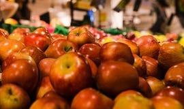 Groupe de pommes rouges et vertes sur des boîtes dans le supermarché Images libres de droits