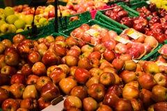 Groupe de pommes rouges et vertes sur des boîtes dans le supermarché Images stock