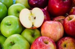 Groupe de pommes vertes et rouges Photo libre de droits