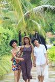 Groupe de portrait de l'ami asiatique de jeune femme marchant en parc avec Image libre de droits