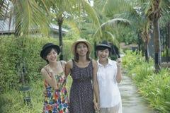 Groupe de portrait de l'ami asiatique de jeune femme marchant en parc avec Photo stock