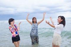 Groupe de portrait du jeune ami de femme d'asain jouant avec la fin de support heureuse Images stock