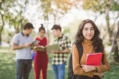 Groupe de portraits d'étudiants adolescents asiatiques heureux avec des dossiers d'école images stock