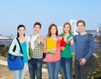 Groupe de position de sourire d'étudiants Photo stock