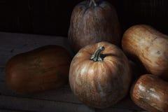 Groupe de potirons sur une table en bois Image stock
