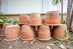 Groupe de pots vides de terre cuite photo libre de droits