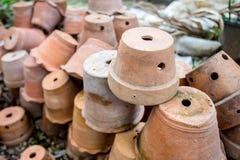 Groupe de pots vides de terre cuite image libre de droits