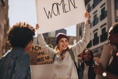 Groupe de protestation d'activiste de femelles images libres de droits