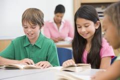 Groupe de pupilles d'école primaire Photo libre de droits