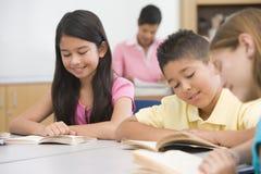 Groupe de pupilles d'école primaire dans la classe photos libres de droits