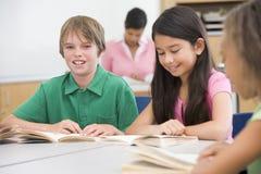 Groupe de pupilles d'école primaire dans la salle de classe photos libres de droits
