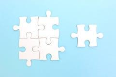 Groupe de puzzle et d'un morceau de puzzle Concept de travail d'équipe photos libres de droits