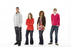 Groupe de quatre adolescents dans le studio Images stock
