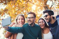 Groupe de quatre amis drôles prenant le selfie Photographie stock