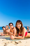 Amis des vacances de plage en été Images libres de droits
