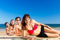 Amis des vacances de plage en été Image libre de droits
