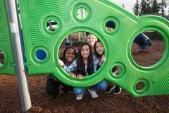 Groupe de quatre enfants avec la diversité culturelle jouant ensemble Image libre de droits
