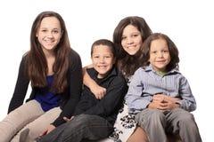 Groupe de quatre enfants heureux Photos stock