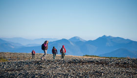 Groupe de quatre personnes marchant sur la montagne rocheuse platon Photos libres de droits