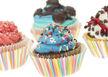 Groupe de quatre petits gâteaux colorés d'isolement Photo libre de droits