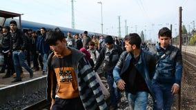 Groupe de réfugiés quittant la Hongrie banque de vidéos