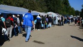 Groupe de réfugiés quittant la Serbie clips vidéos