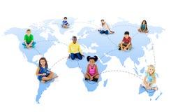 Groupe de réseau global de la jeunesse diverse Photo stock
