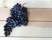 Groupe de raisin asperme sur la table en bois naturelle Photographie stock libre de droits