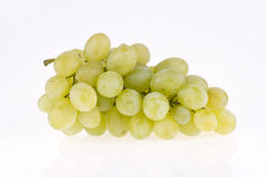Groupe de raisins d'isolement sur le blanc Photo stock
