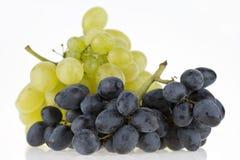 Groupe de raisins d'isolement sur le blanc Image libre de droits