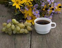 Groupe de raisins, de café et de bouquet des fleurs sauvages Image stock