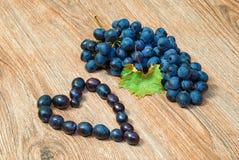 Groupe de raisins et de raisins en forme de coeur Image libre de droits