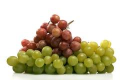 Groupe de raisins rouges et verts frais d'isolement Photo stock