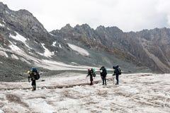 Groupe de randonneurs en montagnes Photos stock