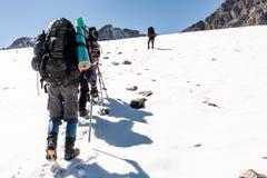 Groupe de randonneurs en montagnes Image stock