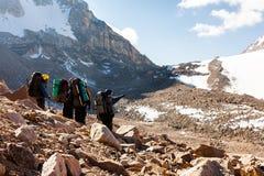Groupe de randonneurs en montagnes Photographie stock libre de droits