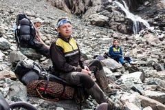 Groupe de randonneurs en montagnes Images stock