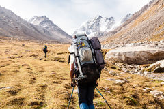 Groupe de randonneurs en montagnes de Tien Shan, Kirghizistan Photographie stock libre de droits
