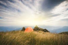Groupe de randonneurs marchant sur une montagne au coucher du soleil le touriste de l'Asie de jeune homme à la montagne observe a photographie stock libre de droits