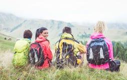 Groupe de randonneurs observant la scène dans le brouillard Images stock