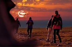 Groupe de randonneurs pendant une excursion Image stock