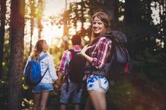 Groupe de randonneurs se baladants allant chercher le trekking de forêt Photos stock