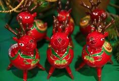 Groupe de renne en céramique rouge vibrant décoré pour la décoration de maison de Noël images stock