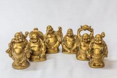 Groupe de rire Bouddha peint dans la couleur d'or dans un contexte blanc Macro avec la profondeur du champ extrêmement Image stock