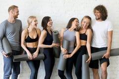 Groupe de rire les jeunes sportifs images stock