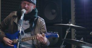 Groupe de rock masculin exécutant au festival musical banque de vidéos